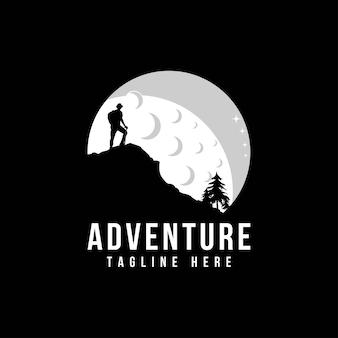 Logotipo da montanha com camping e caminhada