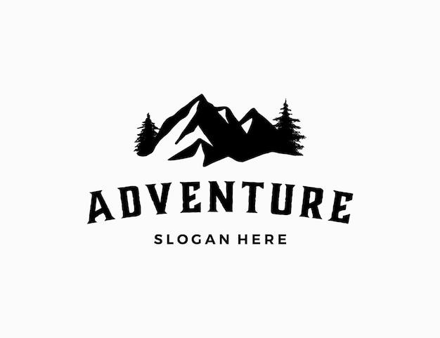 Logotipo da montanha com pinheiro para aventura ao ar livre