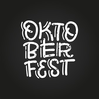 Logotipo da oktoberfest com composição de letras da moda no fundo do quadro-negro. vetorial mão extraídas ilustração texturizada para o festival de cerveja da baviera. modelo de design para banner, cartaz, mercadoria, crachá.