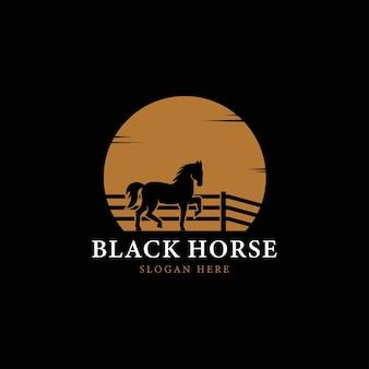 Logotipo da silhueta do cavalo preto no fundo do pôr do sol ou lua