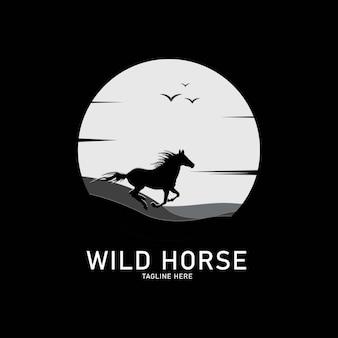 Logotipo da silhueta do cavalo selvagem no fundo do sol