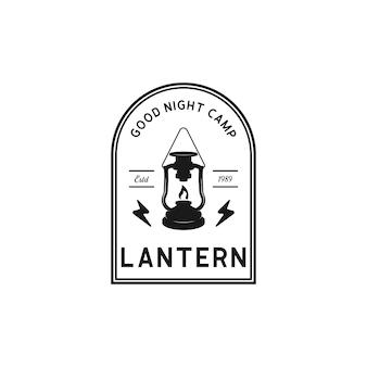 Logotipo de acampamento com lanterna emblema vintage floresta campista de acampamento em estilo retro explorar ao ar livre