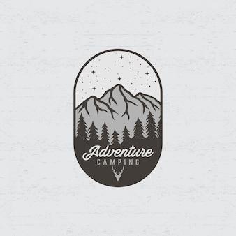 Logotipo de aventura com ilustrações de montanha e floresta