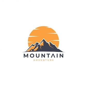 Logotipo de aventura de montanha