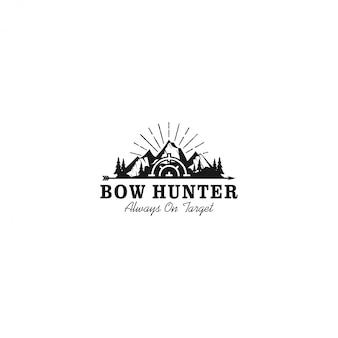 Logotipo de caçador de arco ao ar livre, acampamento de caça de montanha