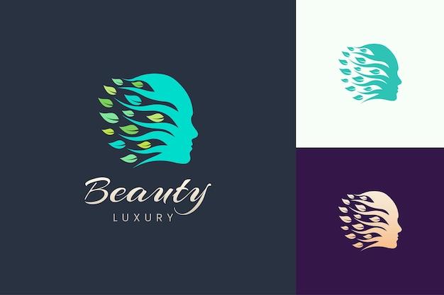 Logotipo de cosméticos e beleza para cuidados com a pele com formato de folha e rosto