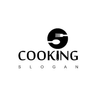 Logotipo de cozinha com colher, garfo e símbolo de teflon