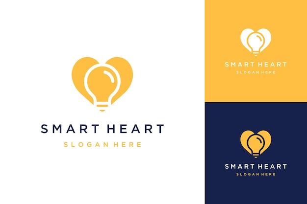 Logotipo de desenho de coração com uma lâmpada