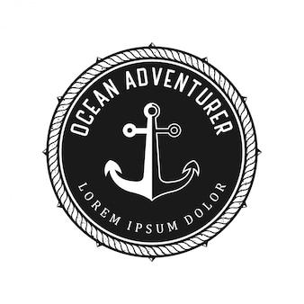 Logotipo de direção de navio com elementos de âncora no meio