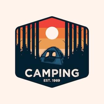 Logotipo de distintivo de aventura de acampamento colorido