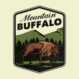 Logotipo de distintivo de aventura de búfalo de montanha selvagem
