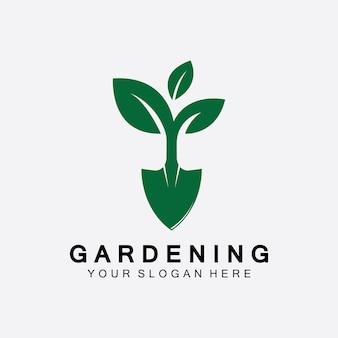 Logotipo de jardinagem com ícone de pá e árvore com modelo de logotipo de folhas verdes.