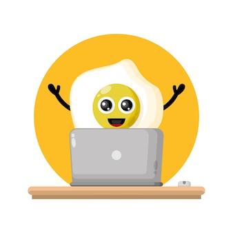 Logotipo de personagem fofinho de ovo de laptop