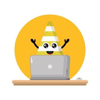 Logotipo de personagem fofinho do cone de tráfego do laptop