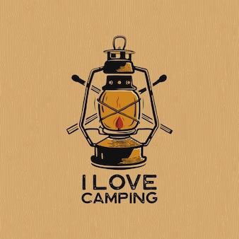Logotipo de remendo de lanterna de acampamento vintage, adoro emblema de acampamento