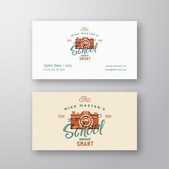 Logotipo de vetor abstrato retrô de escola de fotografia e câmera de modelo de cartão de visita com tipografia e ...