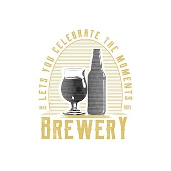 Logotipo do emblema da cervejaria vintage com vidro e garrafa