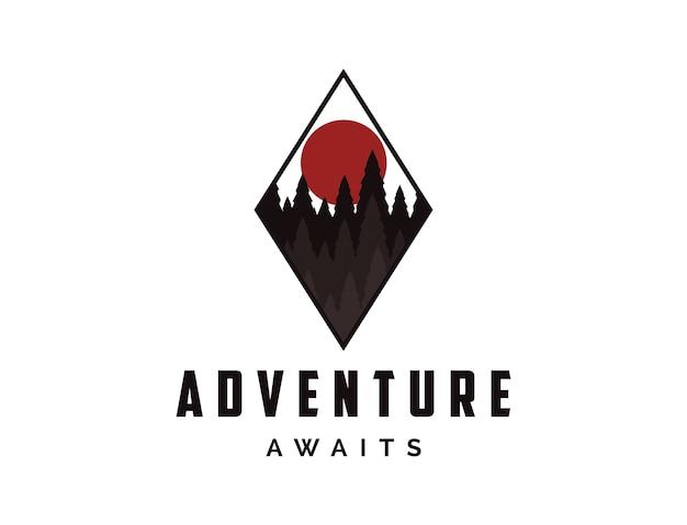 Logotipo do emblema de viagem de aventura ao ar livre com sol e pinheiros