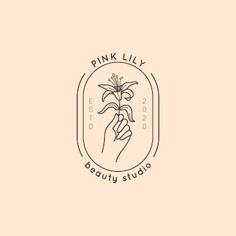 Logotipo do estúdio de beleza em um estilo linear simples mínimo. emblema do vetor com uma mão feminina segurando uma flor de lírio. distintivo feminino para estúdio de manicure, salão de cabeleireiro, spa