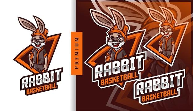 Logotipo do mascote do acampamento de basquete do coelho Vetor Premium