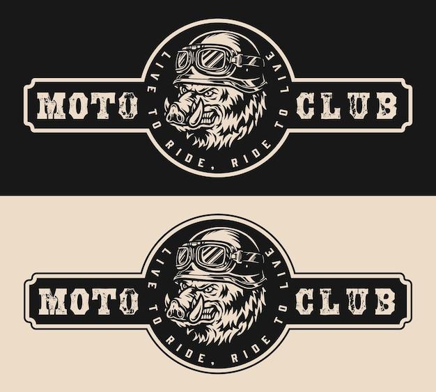 Logotipo do motoclube com inscrição e cabeça de javali furioso no capacete da moto e óculos de proteção no estilo vintage monocromático