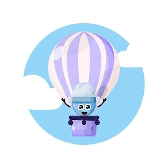 Logotipo do personagem mascote do microfone em balão de ar quente