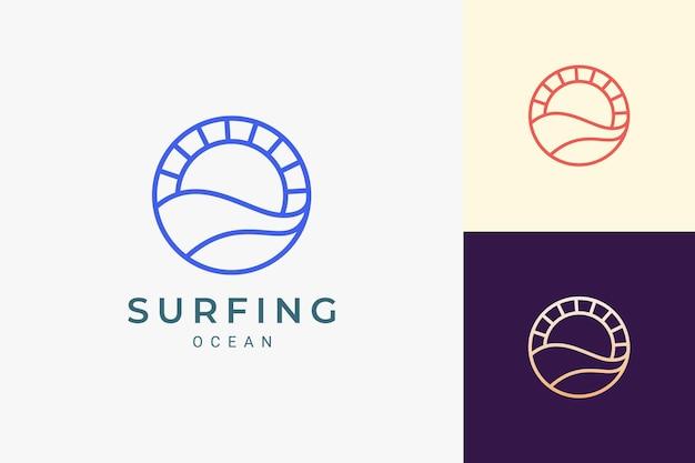 Logotipo do tema oceano ou água com ondas e sol em círculo