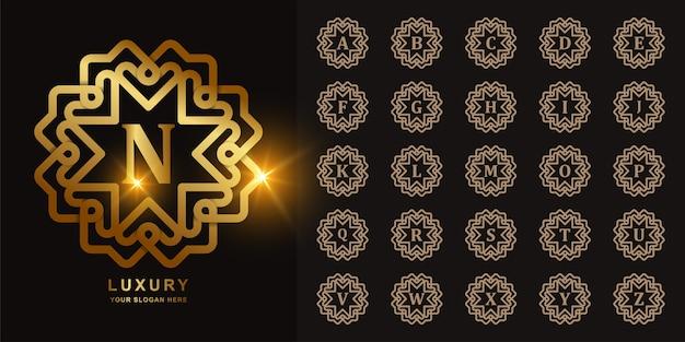 Logotipo dourado do alfabeto inicial do quadro ornamento de luxo.