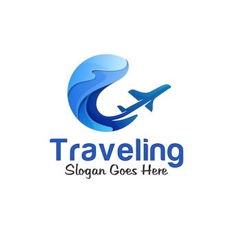 Logotipo gradiente de viagens de verão, oceano, mar, onda com o conceito de logotipo de avião
