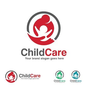 Logotipo infantil, mãe e filho com símbolo de mão
