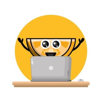 Logotipo laranja de personagem fofa de laptop