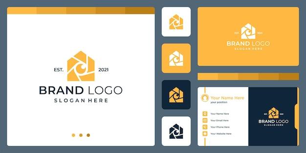 Logotipo que combina formas de casa e câmera e lente. cartões de negócios.