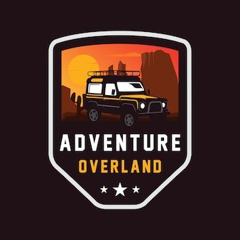 Logotipo terrestre de carro de aventura