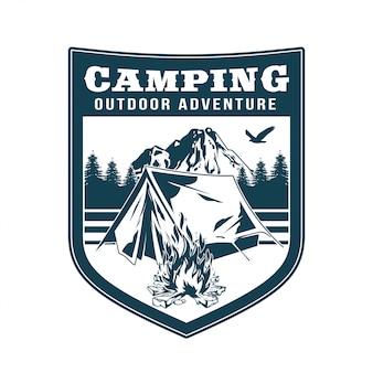 Logotipo vintage, design de vestuário de impressão, ilustração do emblema, remendo, crachá com camping na floresta, fogueira, velha barraca, montanhas. aventura, viagens, acampamento de verão, ao ar livre, natural, viagem.