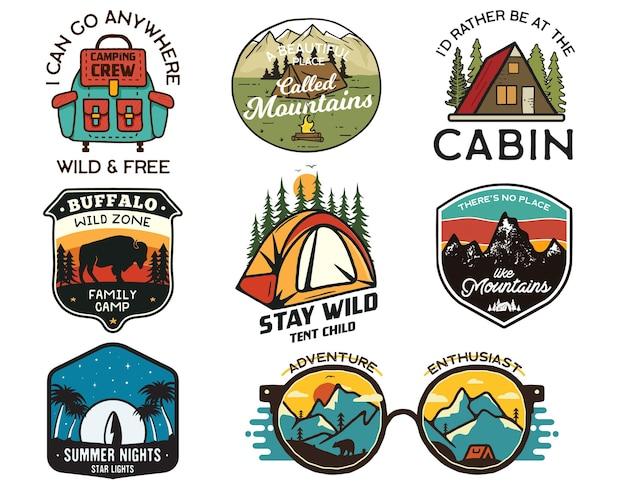 Logotipos de acampamento vintage, conjunto de emblemas de montanha. desenhos de rótulos de mão desenhada. expedição de viagens, mochila, surf. emblemas de caminhadas ao ar livre. coleta de logotipos. vetor de ações isolado no branco.
