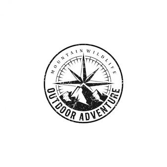 Logotipos de aventura ao ar livre vintage com elementos de montanha e direções cardeais.