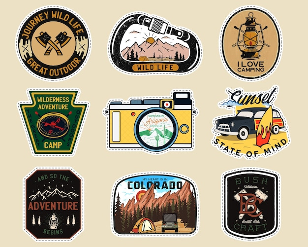 Logotipos de remendos de acampamento vintage, conjunto de emblemas de montanha. desenhos de rótulos de mão desenhada. expedição de viagem, mochila, adesivos de surf. emblemas de caminhadas ao ar livre. coleta de logotipos. vetor de estoque isolado.