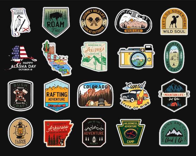 Logotipos de remendos de acampamento vintage, conjunto de emblemas de montanha. pacote de desenhos de adesivos de mão desenhada. expedição de viagens, etiquetas de mochila. emblemas de caminhadas ao ar livre. coleta de logotipos. vetor de estoque.
