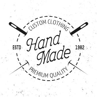 Loja de alfaiate com emblema redondo preto, etiqueta, distintivo ou logotipo em estilo vintage com pontos e duas agulhas isoladas no fundo branco