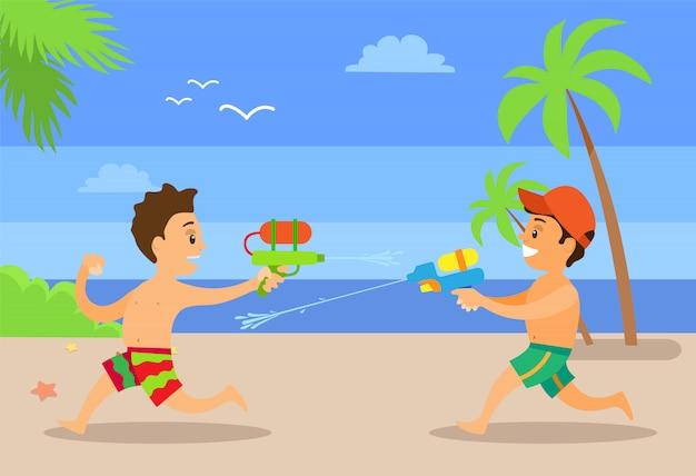 Lutando por meninos da água no litoral.