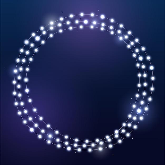 Luzes brancas brilhantes de natal na grinalda. círculo com guirlanda realista em fundo vermelho