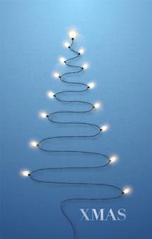 Luzes brancas brilhantes em forma de árvore de natal no fundo da parede azul