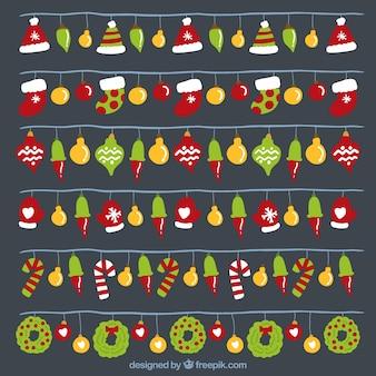 Luzes coloridas com objetos de decoração de natal
