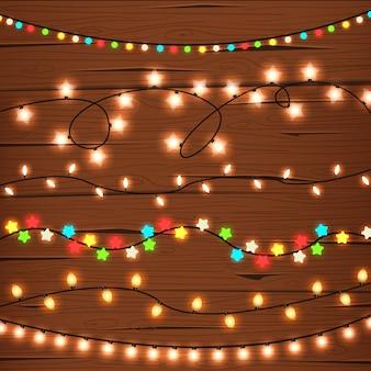 Luzes de corda na parede de madeira