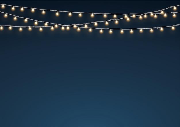Luzes de fadas douradas penduradas no fundo da decoração com cordas Vetor Premium