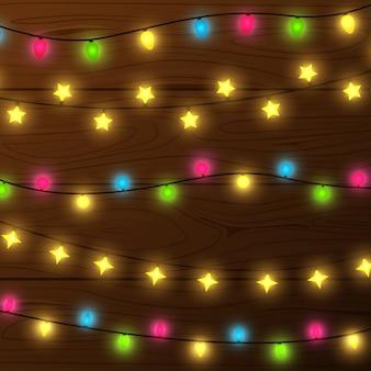 Luzes de natal e parede de madeira