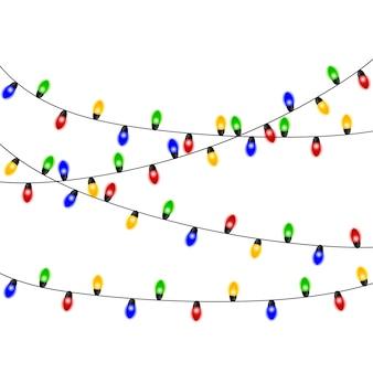 Luzes de natal. guirlanda de natal colorida. vector vermelho, amarelo, azul e verde brilham lâmpadas em fios isolados. decorações de natal
