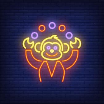Macaco engraçado malabarismo bolas coloridas sinal de néon