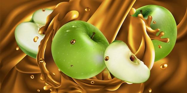 Maçãs verdes inteiras e fatiadas em suco de fruta.