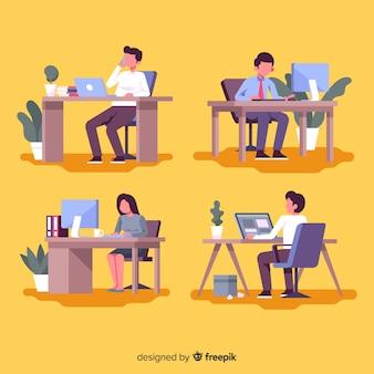 Maço de trabalhadores de escritório em suas mesas